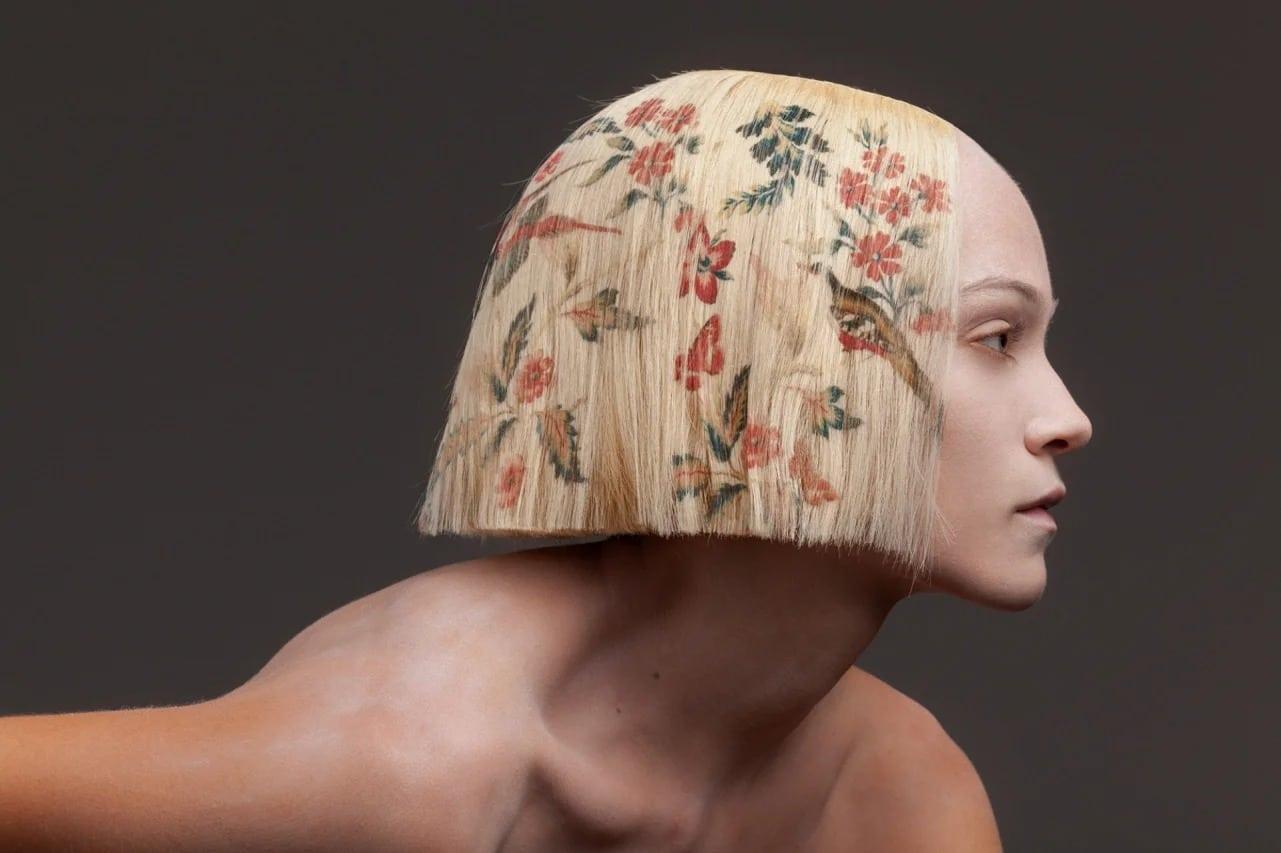 Как выглядит цифровая печать на волосах: стилист украсил прически узорами барокко