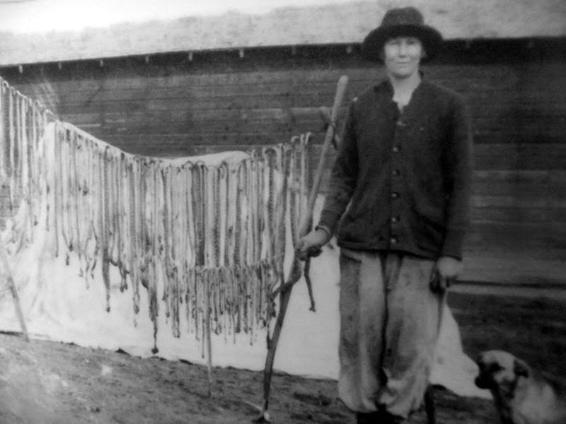 История отважной Кэтрин Слотербэк, которая убила 140 гремучих змей и сшила из них платье