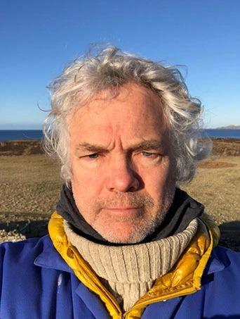 «Нищий» миллионер: богач из Великобритании отказался от благ цивилизации и живет на далеком острове