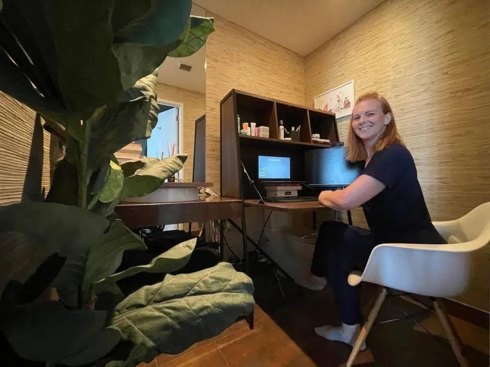 Со всеми удобствами: американка переоборудовала туалет под домашний офис