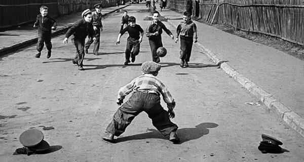 Футбол, байки и рукопожатия: почему их строго запрещали советским пионерам