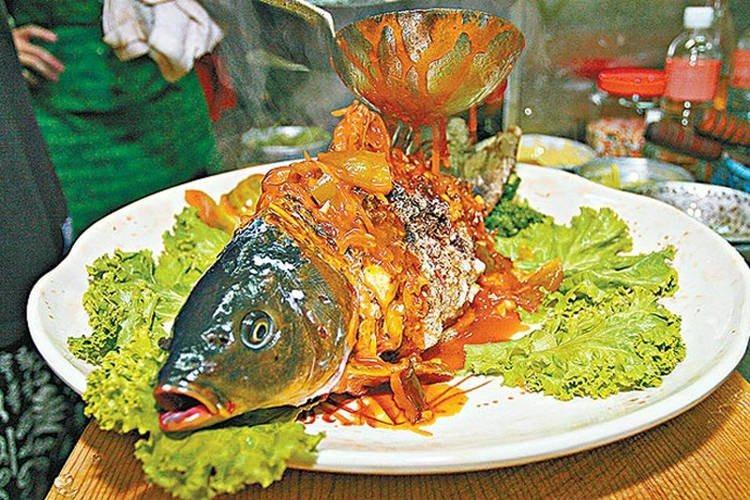 Еда живая и мертвая: рыбу инь-ян с живой головой и жареным туловищем запретили в ресторанах Тайваня