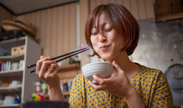 Bigpicture ru japanese woman eating rice 465912467 59f1083d054ad90010451347 59f3827522fa3a00119ed125