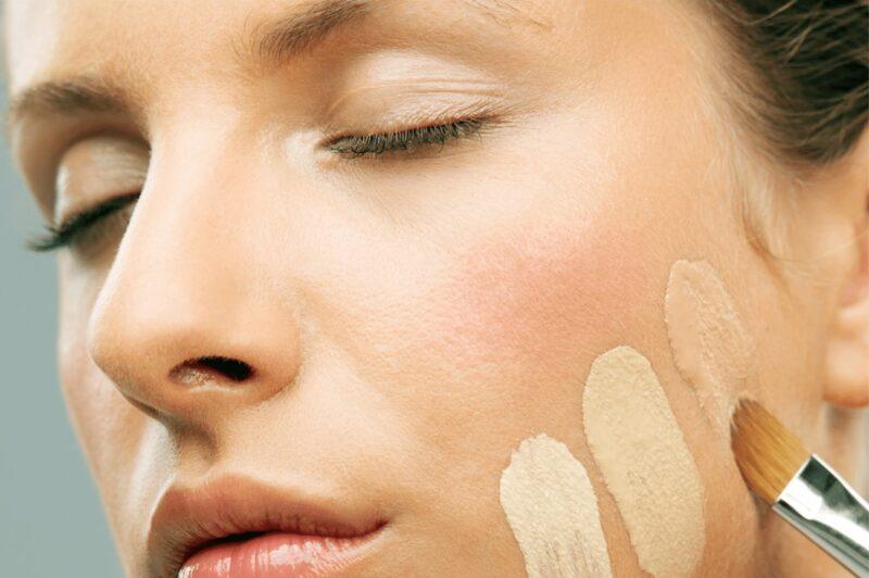 чем наносить тональный крем на лицо