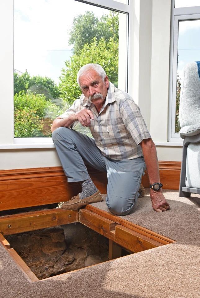 Дедуля нашел у себя дома старинный колодец, откуда выудил 500-летний меч и другие находки