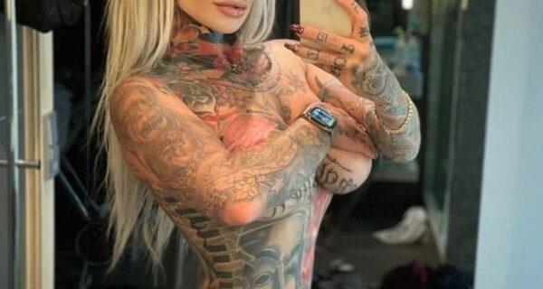 Все как на ладони: красотка с татуировками порадовала подписчиков горячим селфи в зеркале