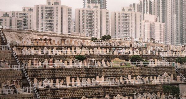 Вертикальное кладбище в Гонконге: когда перенаселение касается не только живых