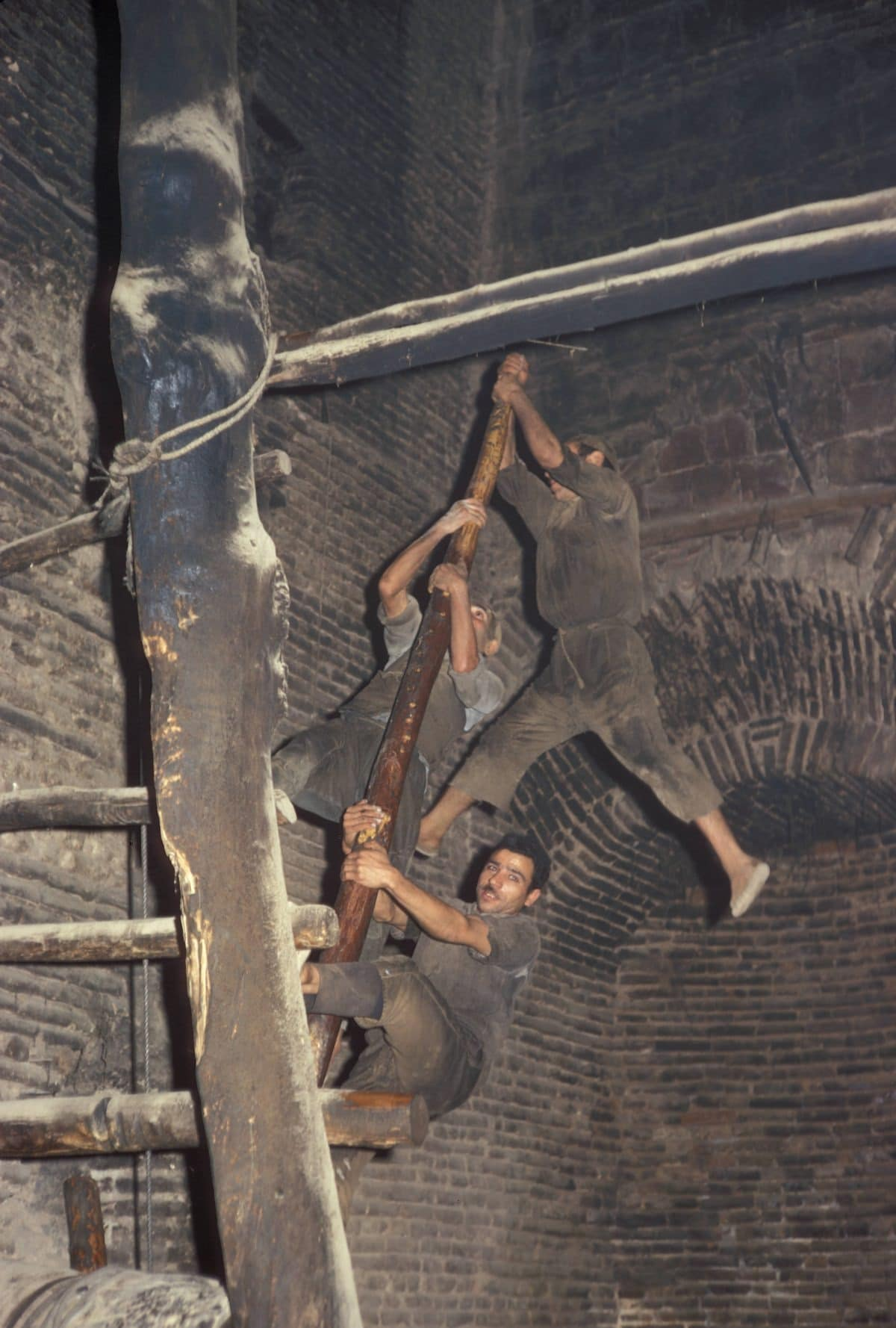 Bigpicture ru iran men hanging from oil press