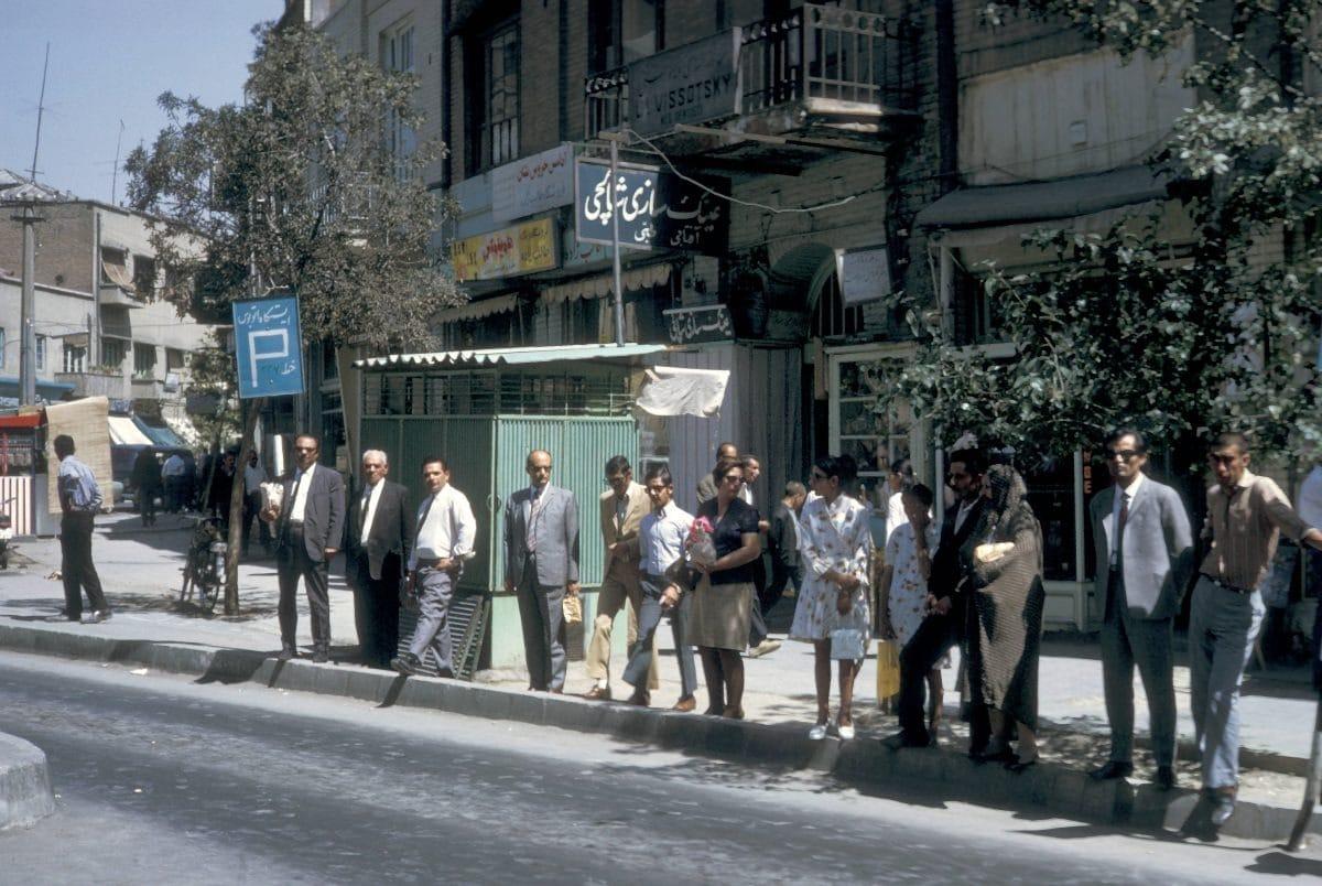Bigpicture ru iran people at bus stop in tehra