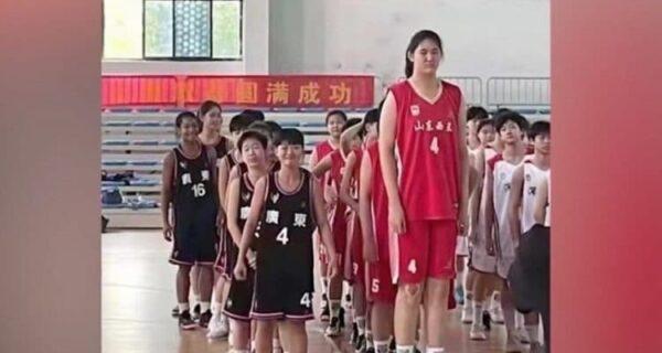Будущая звезда баскетбола: 14-летняя школьница из Китая впечатляет огромным ростом