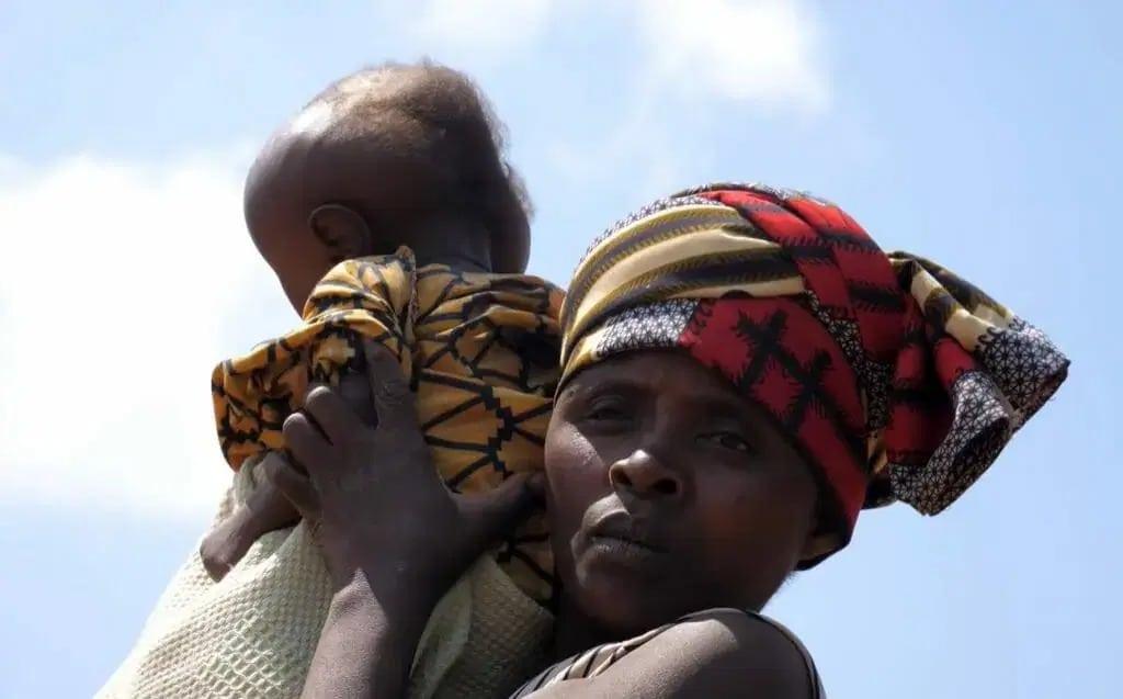 Родственники отказались от африканки, которая родила малыша с головой в формегруши