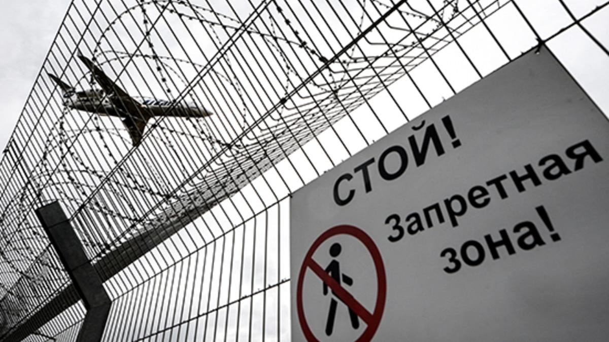 Самолет авиакомпании ютэйр заходит на посадку в аэропорту внуково