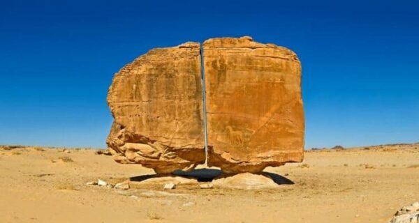 Аль-Наслаа — мистическая скала с идеальным разломом посреди аравийской пустыни