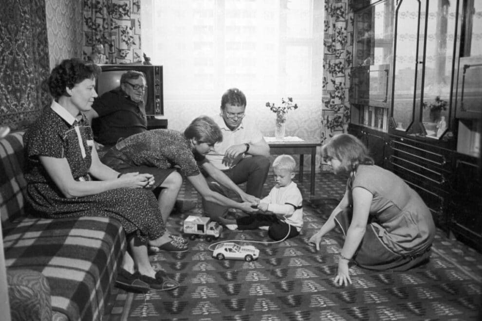 Почему в СССР до хрущевской оттепели ходили дома в уличной обуви