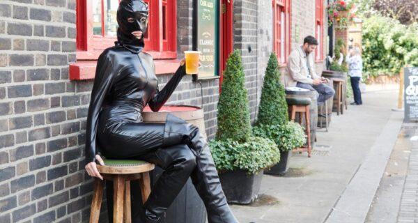 Модель прошлась по улицам Лондона в провокационном наряде, как у Ким Кардашьян