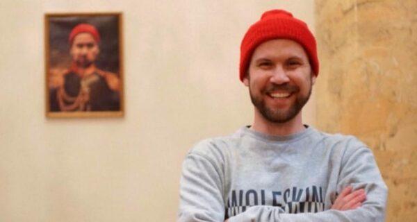 Питерский блогер повесил свой портрет в Эрмитаже и вызвал скандал